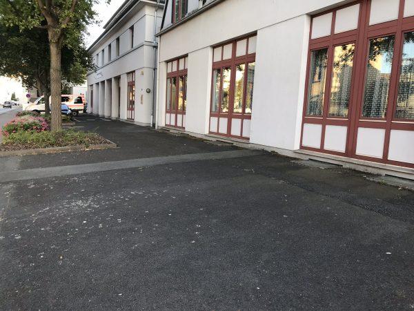 Asphaltfläche vor dem Haus der Vereine